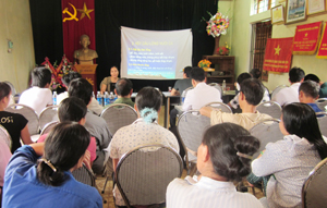 Ngư hộ huyện Cao Phong được hướng dẫn kỹ thuật nuôi cá lồng.