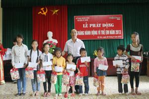 Lãnh đạo Huyện uỷ Kỳ Sơn trao quà cho trẻ em có hoàn cảnh khó khăn.