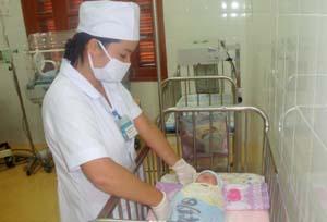 Cán bộ y tế Bệnh viện  Đa khoa huyện Kim Bôi tiêm vắcxin viêm gan B cho trẻ  trong 24h sau sinh.