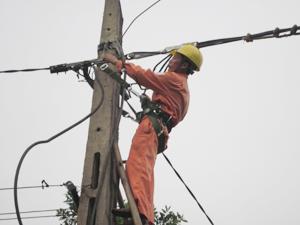 Điện lực thành phố Hòa Bình kịp thời khắc phục sự cố đứt đường dây điện do giông, lốc trên địa bàn xã Yên Mông.