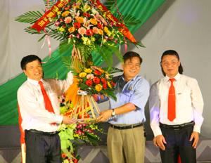 Đồng chí Hoàng Việt Cường, Bí thư Tỉnh ủy tặng hoa chúc mừng lãnh đạo Vietinbank nhân dịp hội diễn văn nghệ được tổ chức tại thành phố Hòa Bình.