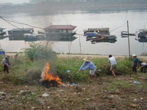 Phường Tân Thịnh (TPHB) phát động thực hiện ngày thứ bảy xanh. Ảnh: Nhân dân tổ 3 làm vệ sinh khu vực bờ kè sông Đà.