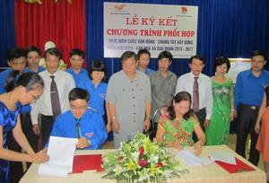 Đồng chí Hoàng Việt Cường, Bí thư Tỉnh ủy chứng kiến Lễ ký kết giữa Bưu điện tỉnh và Đoàn thanh niên tỉnh.