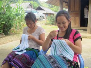 Thực hiện các phong trào thi đua, hội viên phụ nữ bản Cang, xã Pà Cò (Mai Châu) phát triển nghề thêu thổ cẩm truyền thống, tạo việc làm, nâng cao thu nhập cho gia đình. Ảnh: Đ.P