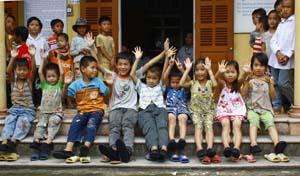 Niềm vui của trẻ em xã Đú Sáng khi nhận được đôi giầy mới từ nhà tài trợ.