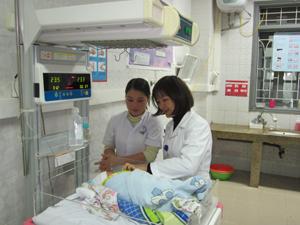 Đến cuối năm 2012, tỷ lệ dân số tham gia BHYT trên toàn tỉnh đã đạt 92,5%. Ảnh: Khoa nhi (BVĐK tỉnh) thực hiện tốt chế độ BHYT cho trẻ em dưới 6 tuổi.