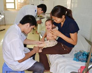 Cán bộ Bệnh viện Đa khoa huyện Mai Châu chăm sóc trẻ bị bỏng.