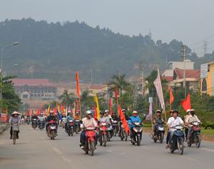 Xe diễu hành trên địa bàn phường Phương Lâm (TPHB).