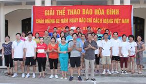 Lãnh đạo cơ quan Báo Hòa Bình trao giải cho các đội đạt giải môn kéo co.