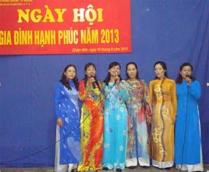 Chị em phụ nữ tổ 7, phường Chăm Mát hát mừng ngày hội.