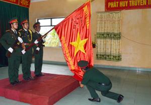 Chiến sĩ mới tuyên thệ trước lá cờ truyền thống của LLVT tỉnh sẵn sàng nhận và hoàn thành tốt mọi nhiệm vụ được giao.