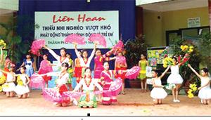 Các em thiếu nhi tham gia liên hoan thiếu nhi nghèo vượt khó do thành phố Hòa Bình tổ chức tại nhà thiếu nhi tỉnh.