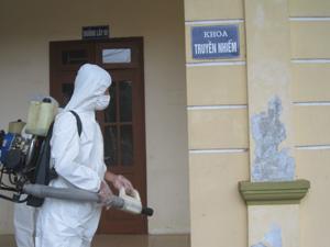 Cán bộ Trung tâm YTDP huyện Lạc Thủy phun thuốc khử trùng tiêu độc tại khu vực nơi bệnh nhân Đinh Văn T. đã từng điều trị.