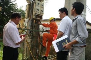 Đoàn kiểm tra công tơ điện tại khu 10- thị trấn Chi Nê (Lạc Thuỷ).