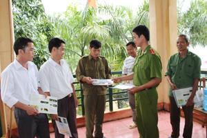 Cán bộ Phòng PC 49 (Công an tỉnh) phát tờ rơi tuyên truyền  về Luật bảo vệ môi trường tới nhân dân các xã vùng Hồ Hoà Bình.