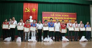 Lãnh đạo UBND thành phố Hoà Bình khen thưởng tập thể, cá nhân tiêu biểu tham gia HMTN.