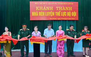 Các đồng chí lãnh đạo Tỉnh ủy, đơn vị tài trợ trực thuộc Bộ Quốc phòng, Bộ CHQS tỉnh cắt băng khánh thành nhà rèn luyện thể lực bộ đội.