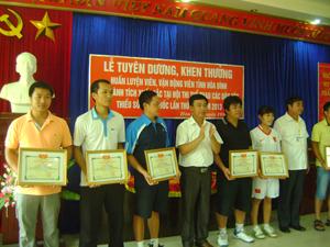 Lãnh đạo Sở VH, TT & DL trao giấy khen cho các huấn luyện viên, VĐV đạt thành tích tại hội thi.