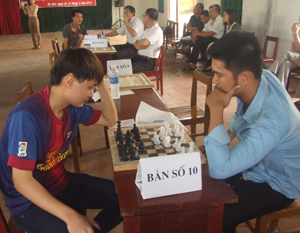 Các VĐV thi đấu môn cờ vua.