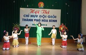 Học sinh trường tiểu học Lê Văn Tám tham gia hội thi chỉ huy đội giỏi thành phố Hòa Bình năm 2013.