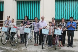 Lãnh đạo huyện Kỳ Sơn trao tặng xe đạp cho các em học sinh khó khăn ở xa trường.