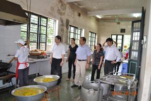 BCĐ liên ngành về vệ sinh ATTP tỉnh kiểm tra tại bếp ăn trường PT DTNT tỉnh.