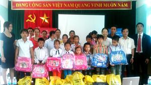Đại diện công ty Prudential Việt Nam trao quà cho các em học sinh giỏi tiêu biểu huyện Mai Châu.