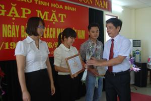 Đồng chí Đinh Văn Ổn, TBT Báo Hoà Bình, Chủ tịch Hội Nhà báo tỉnh trao giải cho các tác giả đạt giải nhì giải báo chí tỉnh năm 2012.