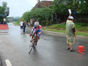 Các VĐV nam lứa tuổi 17-18 đua tài nội dung tính giờ cá nhân cự ly 25 km.
