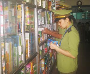 Đoàn kiểm tra nhà thuốc Ngọc Khánh, phường Tân Thịnh.