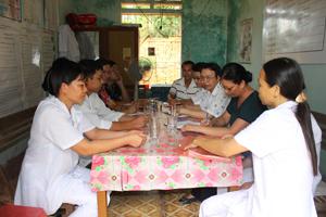 Đại diện công đoàn ngành y tế huyện Lạc Sơn trao đổi chuyên môn, nghiệp vụ với đoàn viên công đoàn Trạm y tế xã Yên Nghiệp.