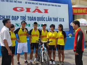 Lãnh đạo Sở VH - TT và DL trao đổi, động viên với HLV, VĐV đội tuyển xe đạp tỉnh tại Giải vô địch xe đạp trẻ toàn quốc năm 2013.