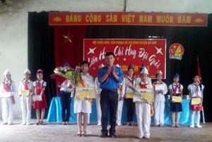 Đại diện BTC trao giải cho các thí sinh đạt giải nhất tại Liên hoan.