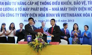 Lãnh đạo Công ty Thuỷ điện Hoà Bình và Vietinbank Hoà Bình ký kết hợp đồng tín dụng.