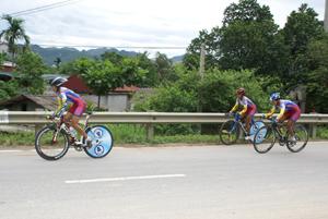 Các VĐV bứt phá tại nội dung tính điểm 40 km đồng đội nữ lứa tuổi 17 - 18.