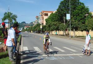 VĐV về đích cự ly 2 km tính giờ nữ.