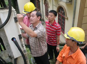 Đoàn kiểm tra thực tế tại trạm biến áp HĐND tỉnh (thành phố Hòa Bình).