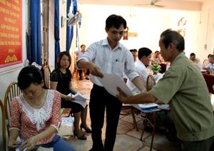 Điện lực thành phố Hoà Bình phát tờ rơi cho cán bộ các tổ dân phố phường Tân Hoà.