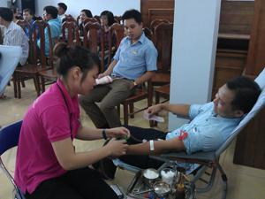 CBCNVC - LĐ tình nguyện chia sẻ những giọt máu hồng.
