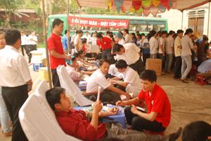 Đông đảo người hiến máu nhân đạo tình nguyện huyện Lạc Sơn đăng ký và hiến máu tại ngày hội hiến máu của huyện.