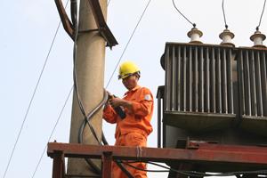 Công nhân Điện lực Lạc Thủy kiểm tra lưới điện và trạm biến áp trên địa bàn xã Yên Bồng.