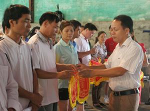 BTC trao cờ lưu niệm cho các đoàn VĐV dự giải cầu lông các lứa tuổi, môn thi đấu nằm trong khuôn khổ đại hội TD-TT huyện Đà Bắc lần thứ V.