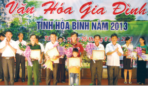 Lãnh đạo Sở VH-TT&DL trao giải cho các gia đình tiêu biểu tại hội thi văn hóa gia đình tỉnh năm 2013. Ảnh: P.V