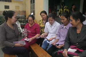 Viên chức dân số xã Trung Minh (TPHB) tuyên truyền chính sách DS-KHHGĐ cho người dân trên địa bàn.