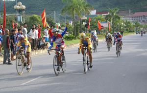Các VĐV tham gia thi đấu nội dung nữ 60 km đồng hành cán đích.