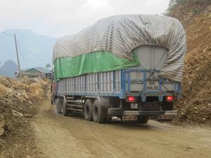 Chở quá tải trọng cho phép là nguyên nhân chính làm các tuyến đường giao thông xuống cấp và gây TNGT.  .