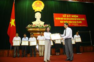 Nhà giáo ưu tú Nguyễn Thị Thùy vinh dự được nhận bằng khen của UBND tỉnh trong dịp kỷ niệm kỷ niệm 65 năm ngày Bác Hồ ra lời kêu gọi thi đua ái quốc do tỉnh ta tổ chức ngày 11/6/2013.