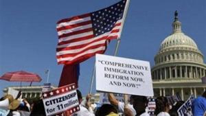 Những người Mỹ gốc Mỹ Latinh biểu tình ủng hộ cải cách luật nhập cư một cách toàn diện tại phía tây Capitol Hill, ở Washington, ngày 10-4-2013. (Ảnh: Reuters/Larry Downing)