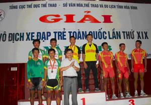 Đồng chí Bùi Văn Cửu, Phó chủ tịch TT UBND tỉnh trao huy chương nội dung đồng đội băng đồng Ô-lim-píc (30 km nam) cho các đoàn VĐV.