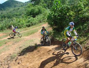 Các VĐV nữ lứa tuổi 17-18  tranh nội dung băng đồng ô lim píc 25 km.